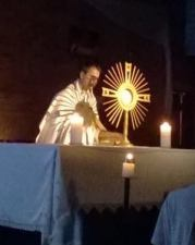 Elément essentiel de la vie de la communauté de l'Emmanuel, l'adoration eucharistique tient une place importante à la paroisse