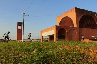 Peu à peu, la colline de l'église est devenue le lieu de vie des enfants du quartier, et de ce fait a été pacifiée